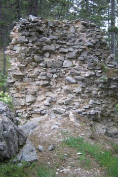 ερείπια φρουρίου στην περιοχή των Καλυάτων