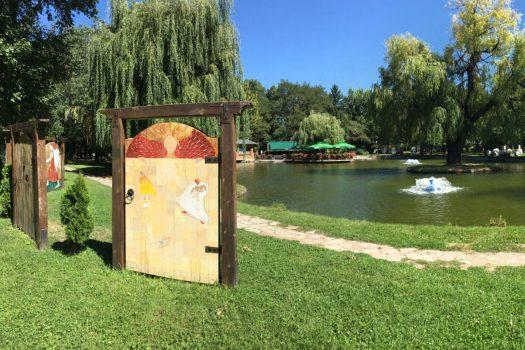 painted wooden doors Razlog